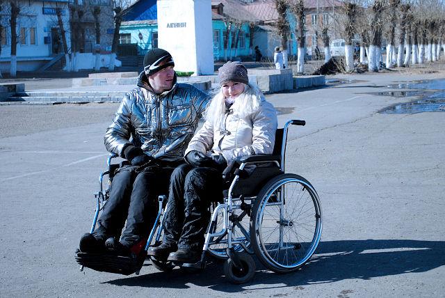 парень и девушка на инвалидных колясках