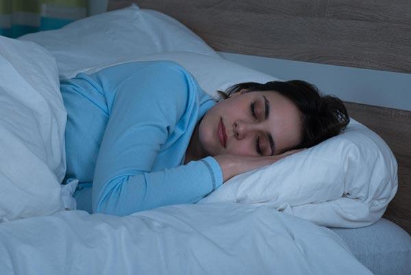 Когда мы спим, в организме вырабатывается мелатонин