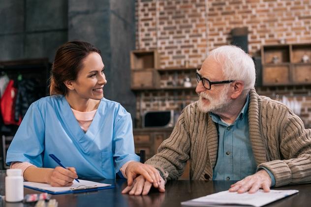 дедушка после поправки говорит с доктором